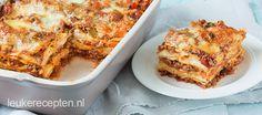 Heerlijke zelfgemaakte lasagne met laagjes gehaktsaus en bechamelsaus, zonder pakjes of zakjes. Incl kookvideo!