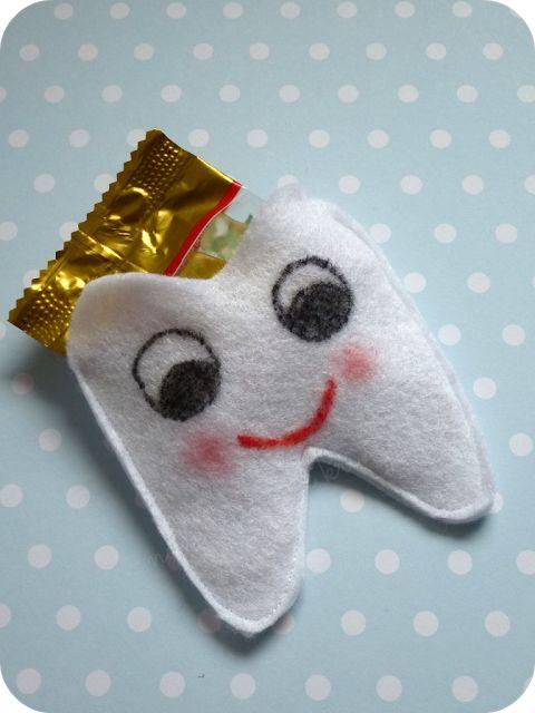 Grüße von der Zahnfee!  Kleine Zahntasche aus Filz. http://nadelfein.blogspot.de/2015/11/schone-grue-von-der-zahnfee.html
