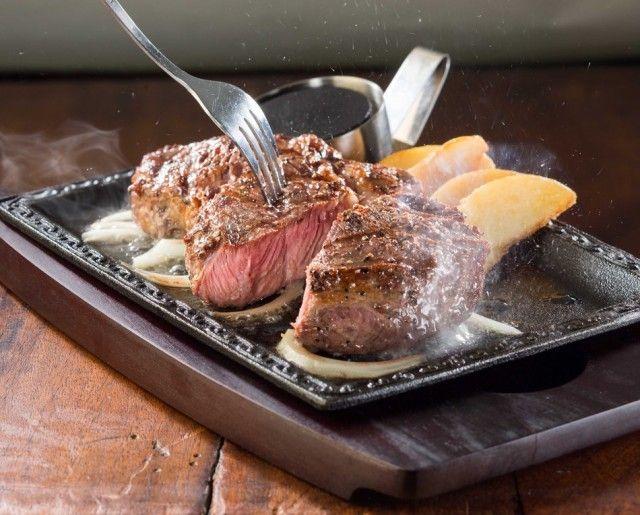 この塊肉に食らいつけ!ステーキガストで数量限定「1ポンド熟成肉」が復活っ! - うまい肉