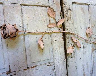 Rosa tallo largo rosa oxidado metal grande shabby cottage chic hecho a mano gran col rose escultura colgante de pared decoración para el hogar diseño de anita spero