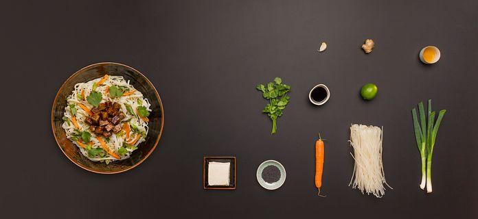 Gebratene Reisbandnudeln mit Limette, Ingwer und mariniertem Honig-Soja-Tofu