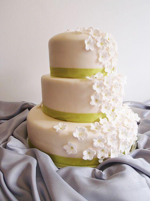 Hochzeitstorte 3-stöckig creme mit weißen Blüten. Foto: Anett Noster White Rabbit Bremen