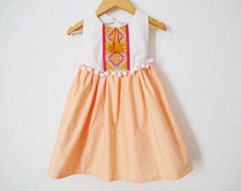 KUNDENSPEZIFISCH KONFEKTIONIERT Baby/Kleinkind-Kleid Boho.  Hergestellt aus 100 % Stich Baumwolle und Kreuz Detail. Voll ausgekleidet.  MASSE: Körper-Messungen-Diagramm.  GRÖßE / HÖHE / BRUST Alle Maßangaben in Zoll  3-6m - 24,5/ 18.5 6-9m - 25,75/ 19.25 9-12m - 29,75/ 20.25 12-24M - 31,5/ 21 2Y - 36,25/ 22,25 3Y - 38,75/ 22,5 4Y - 41/ 23 5Y - 43,5/ 23,25 6Y - 45,75/ 23,75  ACHTUNG!!! *** Handwäsche in lauwarmen Wasser. Verwenden Sie Feinwaschmittel. Liegen Sie flach oder Linie trocken…