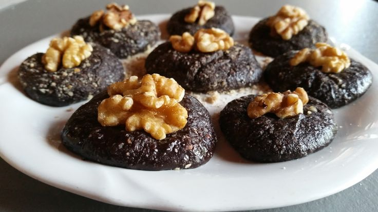 Squisiti cioccolatini fatti in casa, con solo 4 ingredienti e senza cottura! Deliziosi e adatti ad una colazione ricca come componenti di un pasto post allenamento.