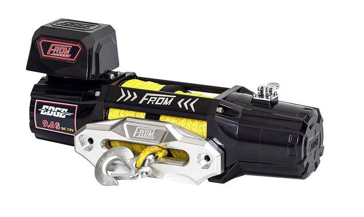 Treuil FROM EDGE 4354 KG 12V CORDE SYNTHÉTIQUE -   ref: Edge9.6SR   Le treuil électrique extrême performance 9.6S est conçu pour mettre en valeur votre goût. De sa vitesse de ligne de 13m/min et de son fort pouvoir de traction de 4309KG.· Moteur performant de série 6.0hp complètement résistance à l'eau IP68.· Le boîtier de commande réglable peut être monté sur le moteur ou sur le centre du treuil. · Télécommande sans fil rechargeable.   #treuil #treuil74 #Fromwinch #4X4…