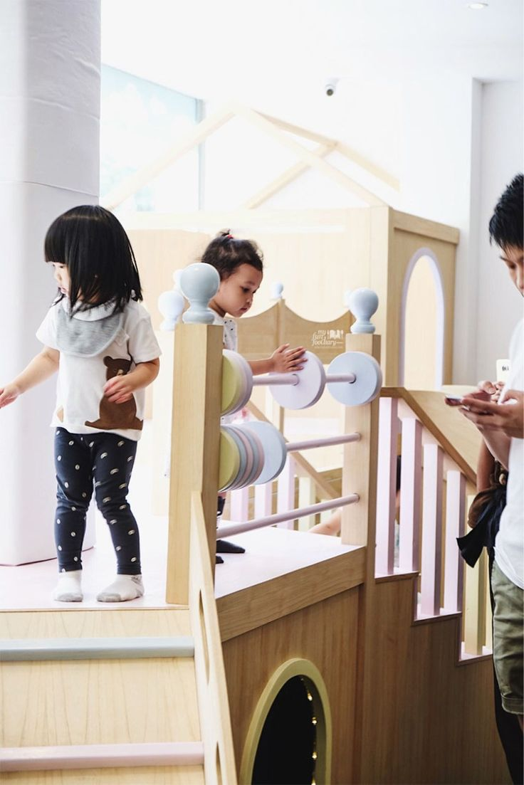 The Mamain Cafe has a simple kids play area for customers of the restaurant – soft mats and a mini slide, including a mini planetarium for kids. Though the food and drink are quite expensive, the good thing is you can watch over your children while having your lunch or dinner in this place.