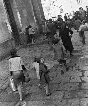 GUERRA CIVIL ESPAÑOLA: ZONA REPUBLICANA Madrid, diciembre de 1936. Niños y ancianos dirigiéndose a la estación de Atocha durante la evacuación de Madrid. EFE/Juan Guzmán.