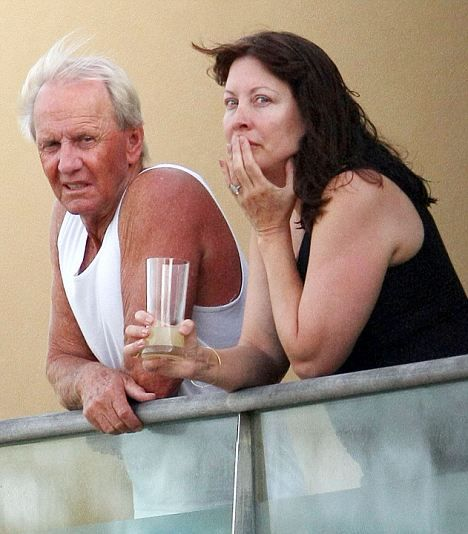Linda Kozlowski and Paul Hogan today.   In 1986 they were  Micheal Crocodile Dundee and Sue Charlton.    Starred in Crocodile Dundee.    Then again in 1988 Crocodile Dundee 2