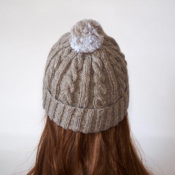 ファーとウールの変わりボンボンです。ヘアクリップとして、またブローチとしてもお使いいただけます。同時に販売させていただいているニット帽と合わせていただき、頭頂部につけボンボンニット帽に、ニット帽の横にモチーフとしてつけていただいても可愛らしいと思います。もちろん髪の毛につけていただくのも、この秋冬のお洒落なアイテムに入れていただけると思います。●カラー:グレー 金具色 金古美●サイズ:ボンボン直径 8cm 高さ 4.5cm 金具直径2.5cm●素材:ウール80% アルパカ20% ナイロン100%●注意事項:既製品にはない楽しいものを編んで、製作しております。手に取っていただいた方に喜んでいただけるよう、創意工夫しながら、また丁寧に作ることを心がけております。気になる点がございましたら、お気軽にお問い合わせください。既製品にはない手作り感を楽しんでいただけたら大変嬉しく思います。よろしくお願いいたします。●作家名:MAKIKo#ブローチ #へピン #ヘアアクセサリー #ポンポン #ニット帽 #ふわふわ #大人かわいい #可愛い #おしゃれ #手芸 #編み物 #ファッション…