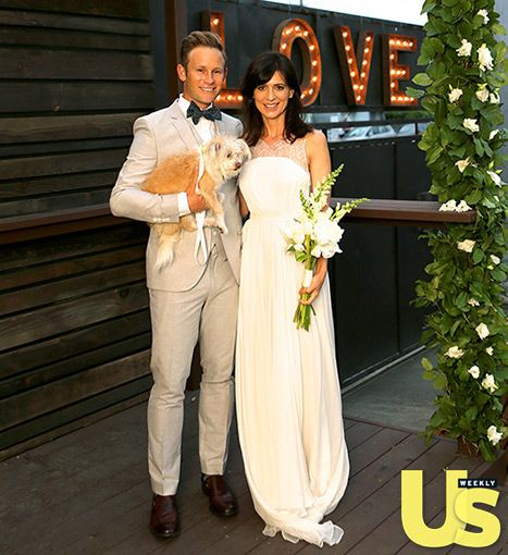 Perrey Reeves looked gorgeous in her floor-length, lace-trimmed, white Maria Lucia Hohan wedding dress.