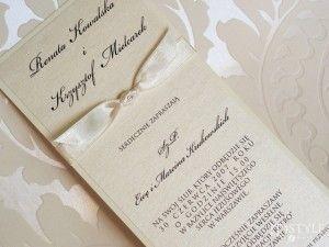 Idealnie do zaproszenia będzie pasować koperta perłową ecru, którą można zamówić za dopłatą.