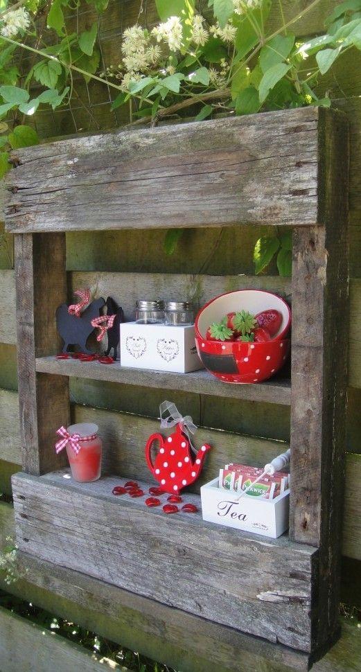 Leuke display kastjes van oude pallet. Om de schutting of tuinmuur op te vrolijken, of misschien wel bij de buitenkeuken te plaatsen?