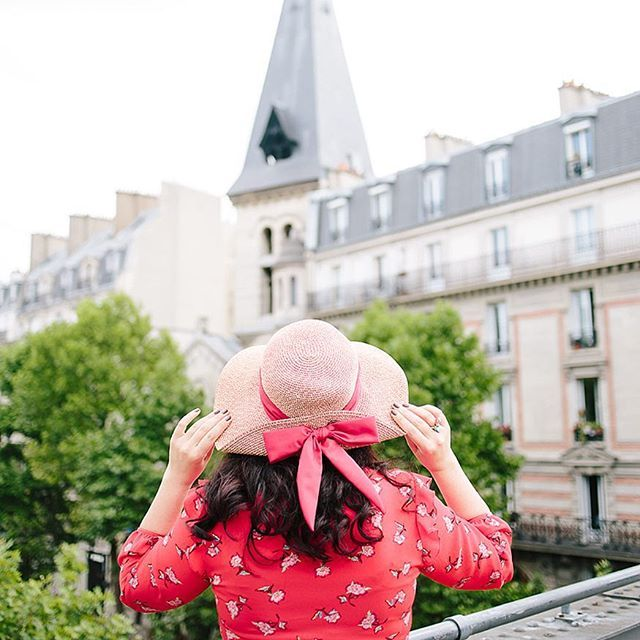 LOOKS 🎀 Shooting estival avec ma talentueuse @isa_rocha_lens dans la verdoyante Promenade Plantée Parisienne, La Coulée Verte. Pour ce look Preppy tout en fleurs, je portais ma petite robe rouge vermillon @primark, mon chapeau @derhy avec son joli noeud rouge et comme bague, ma jolie petite Sirène made by @lesnereidesparis 👸🏻👒🌺🐠🐚🌊✨ . . #VerasOutfits . 📷 @isa_rocha_lens . . . #preppy #preppygirl #preppystyle #preppyfashion #bow #rouge #bijoux #derhy #parisfashion #fashionblogger…