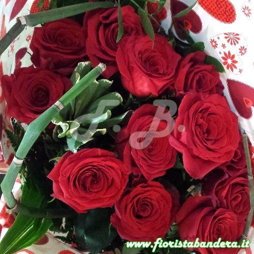 Mazzo di rose rosse per San Valentino con verdi di complemento