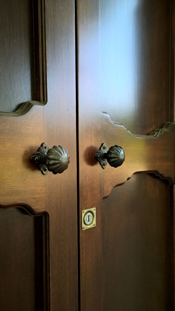 Galbusera knob art.63 mounted on wonderful classic wooden doors in Malgrate - Como lake
