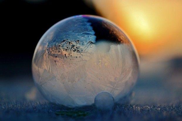 La photographe Angela Kelly, basée à Washington, a profité des températures glaciales du début du mois de décembre pour faire des bulles de savon avec son fils et immortaliser le résultat spectaculaire dans une série nommée Frozen in a Bubble. En utilisant une solution faite maison: liquide vaisselle et eau, elle a pu photographier sous -9° et -12°, la cristallisation de ces bulles magiques. Les orbes tourbillonnants semblent magiquement cristalliser devant l'objectif.