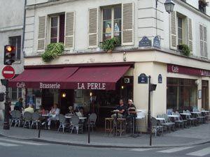 La Perle er en klassiker i Marais og er mye brukt av naboer og lokale kjendiser. Interiøret er upretensiøst og uendret siden 50-tallet og drinkene er billige, om kvelden er fortauet stappfullt og det er lett å komme i kontakt med andre her.