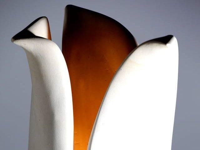 Lampada Foglie  Con 'Foglie', si intende la congiunzione di quelle morbide ma al contempo urticanti dell'Agave, pianta tropicale che ispira l'artista.  L'opera è interamente lavorata a mano in pietra leccese. Ciò rende ogni manufatto originale ed irripetibile.  L'oggetto, che viene ricavato dal preciso lavoro di un unico blocco di pietra, arreda gli ambienti con una calda luce soffusa.  #artigianato #pietraleccese #scultura #madeinitaly #puglia #lampade