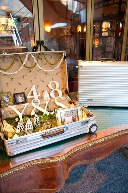トランクの中を飾っても素敵。トランクの他にも、木箱やバードゲージなど、限られたスペースを飾るようにすればスペースの少ないウェルカムゾーンでも可愛くできます。