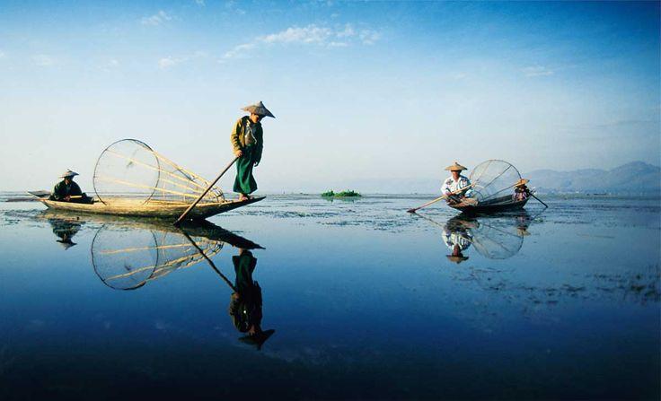 Misteriosa y desconocida, Birmania, la actual Myanmar, ofrece un abanico impresionante de rincones por conocer. El lago Inle es uno de sus principales atractivos. Sus orillas concentran aldeas de casas construidas sobre pilares, más de cien templos budistas, huertos flotantes y unos mercados fascinantes.