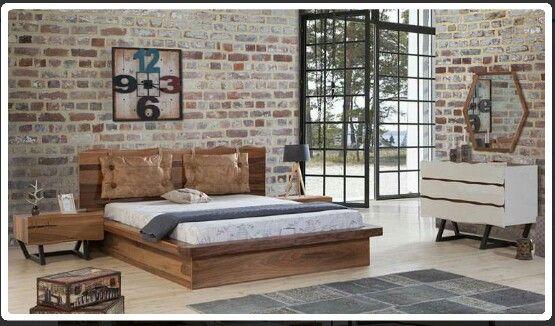 Ahsap ve tugla duvar yatak odasi