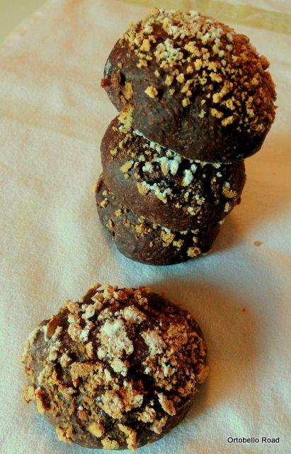 Pan di Pane: Panini morbidi con cacao e amaretti, con pasta madre.