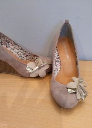 A vendre sur #vintedfrance ! http://www.vinted.fr/chaussures-femmes/escarpins-and-talons/16846260-escarpins-san-marina-daim-beige