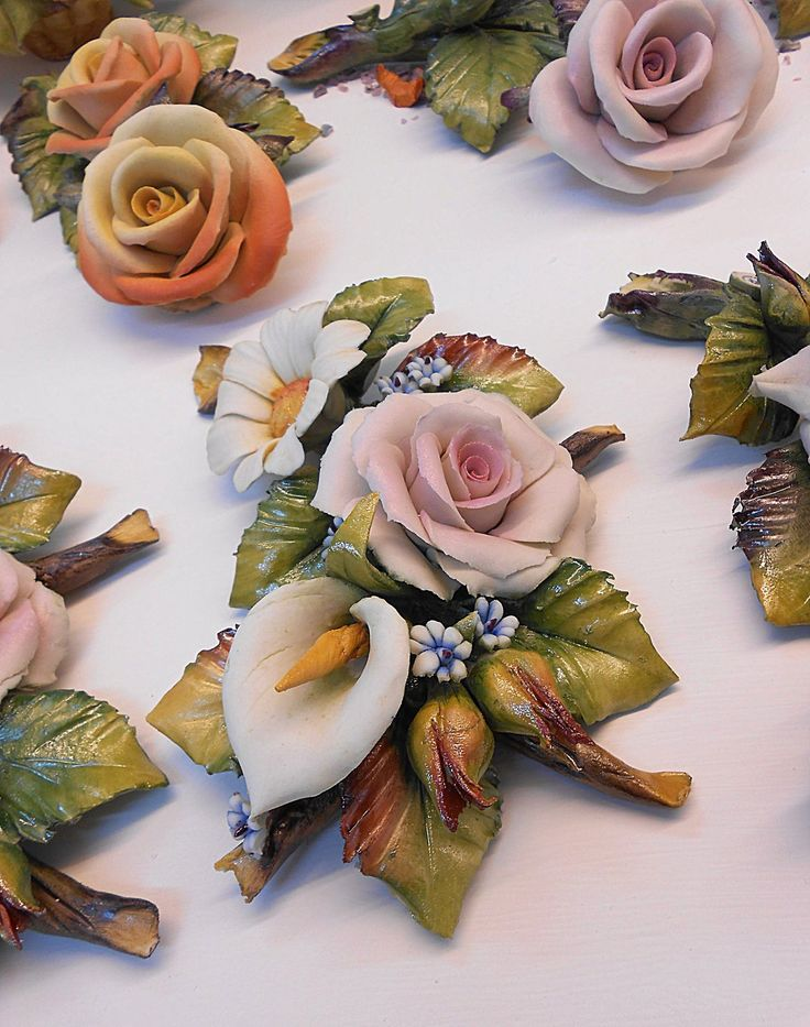Wedding favors for marriage with roses and  calla lily flower porcelain Capodimonte. Bomboniera per nozze con Rose e Calle in porcellana di Capodimonte.
