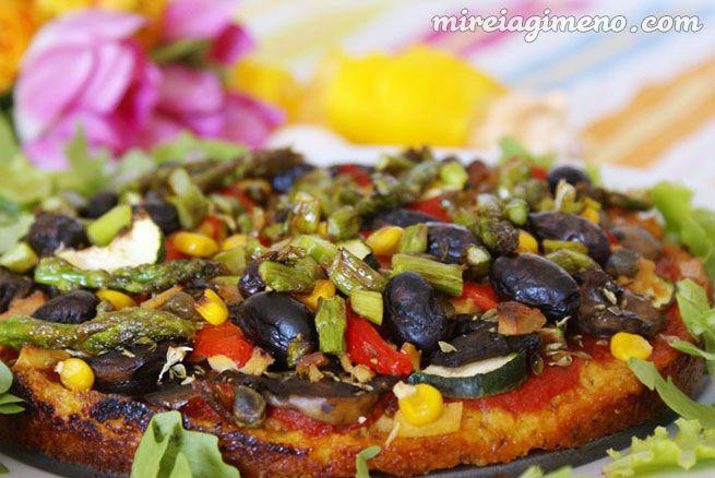 Pizza con base de Mijo (sin harina) - receta vegana  Ingredientes para 2 personas: 2 cebollas (cortadas a medias lunas) 1 vaso de mijo 2 hojas de laurel albahaca seca una pizca de cúrcuma 1 cucharada de jugo concentrado de manzana (opcional) semillas de sésamo tostadas (opcional) aceite de oliva sal marina