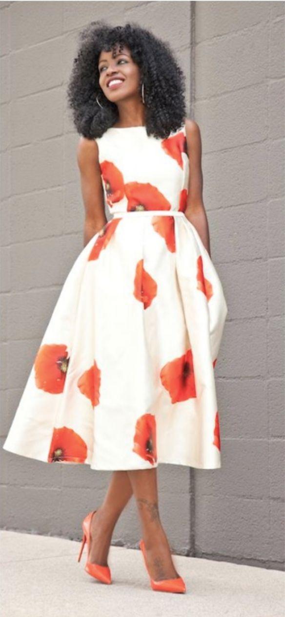 Vestido midi floral com scarpin laranja, ótimo para o verão.