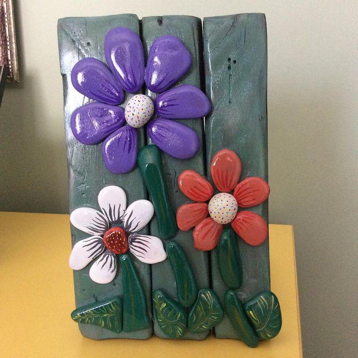 """""""Ahşap üzerine deniz taşından kır çiçekleri. #taş #taşboyama #tasarım #stone #stonepainting #yağlıboya #ahşap #ağaç #çiçek #flowers #handmade #hatıra…"""""""