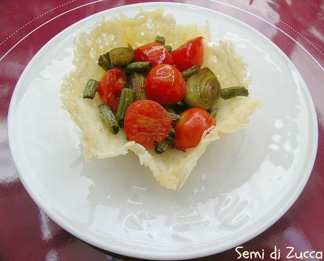 cestino di parmigiano reggiano con verdure al balsamico, con fagiolini, porro, pomodori datterini e aceto balsamico