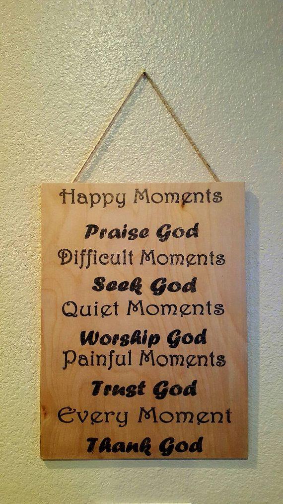 Handgemachte hölzerne Tafel Plakette glückliche Momente Lob Gottes... Ca. 10 x 12 Wenn Sie lokal und eine Pick up möchten, bitte kontaktieren Sie mich unter sarabeedesigns@verizon.net bevor Sie online kaufen. Ich befinde mich in Thousand Oaks, Kalifornien. Vielen Dank