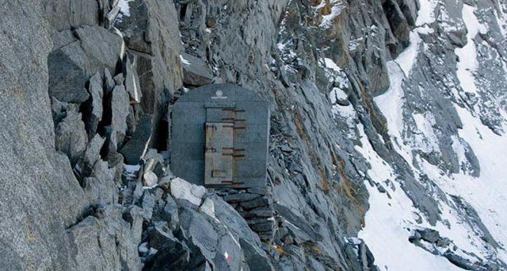 BIVACCO ODELLO GRANDORI - Sorge al Passo di Mello a 2992 m, sulla cresta spartiacque tra il bacino del Masino e quello della Valmalenco