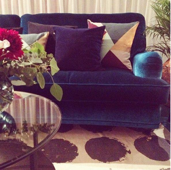 Blå sammetssoffa Lejonet i howardmodell. Howard, soffa, sammet, sammetsmöbler, sammetstyg. http://sweef.se/sweef-lyx/144-lejonet-howardsoffa-3-sits-sammet.html#/farg-bla/typ-fatolj