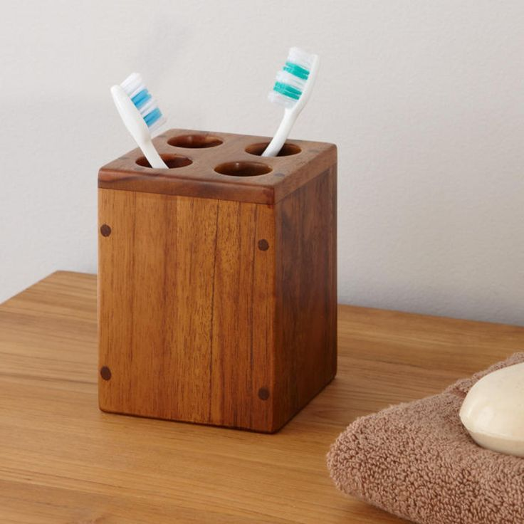 Wadah sikat gigi terbuat dari jati yang sangat menawan ini, terbuat dari kayu coklat gelap yang indah. Tempat sikat gigi yang unik ini memiliki permukaan yang halus dan rapi cocok untuk sikat gigi berukuran standar.