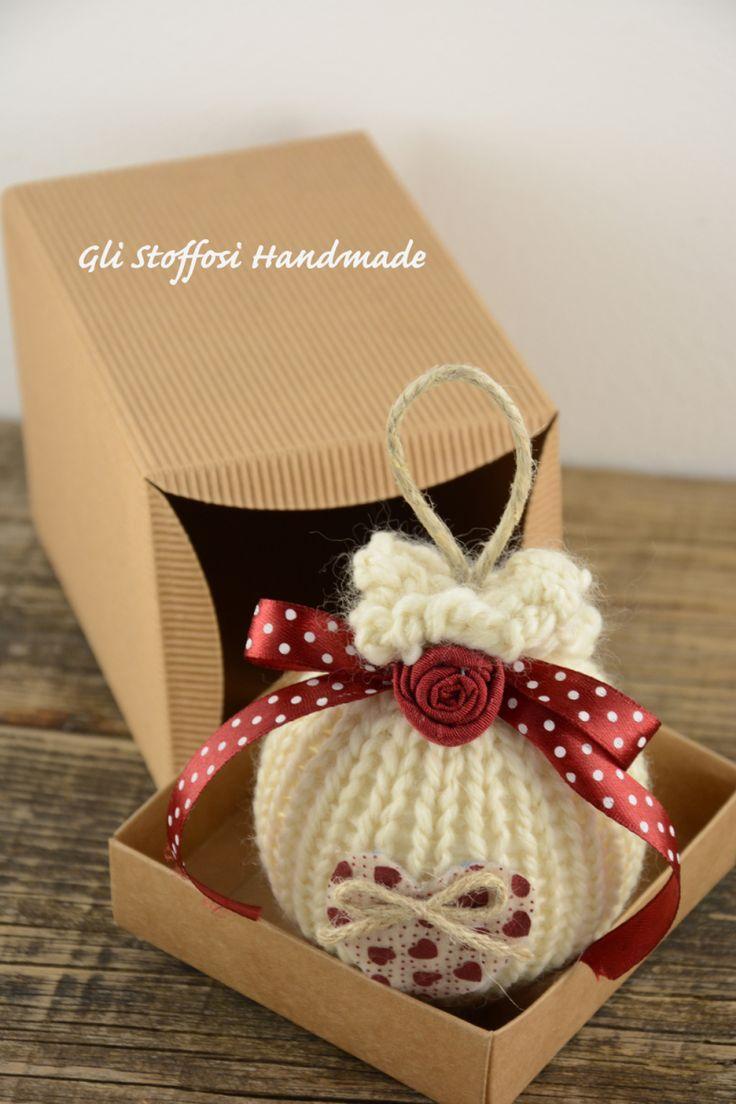 Pallina di Natale di lana, color panna decorata in rosso, in stile country chic, realizzata a maglia, rifinita con nastrini, spago, decorata con rosellinae cuoricino handmade in pannolenci.…