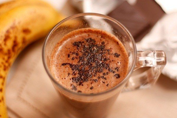 Ингредиенты: - 500 мл молока - 1 банан - 1 стручок ванили - 50 гр шоколада - корица молотая  Нагрейте молоко в кастрюле. Можете положить туда разрезанный вдоль стручок ванили, а затем вынуть. С помощью блендера превратите банан в пюре. Подогрейте молоко и добавьте в него банановое пюре, продолжая нагревать. Наломайте шоколад и бросьте его в кастрюлю с напитком.  Хорошо мешайте, чтобы шоколад полностью растворился. Когда коктейль станет однородным, снимите с огня и разлейте по чашкам.