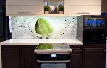 Bardzo stylowe i funkcjonalne meble kuchenne w jasnych i ciemnych kolorach.