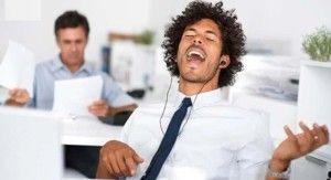 http://trabajemos.cl/2014/05/escuchar-musica-en-el-trabajo-aumenta-la-productividad/