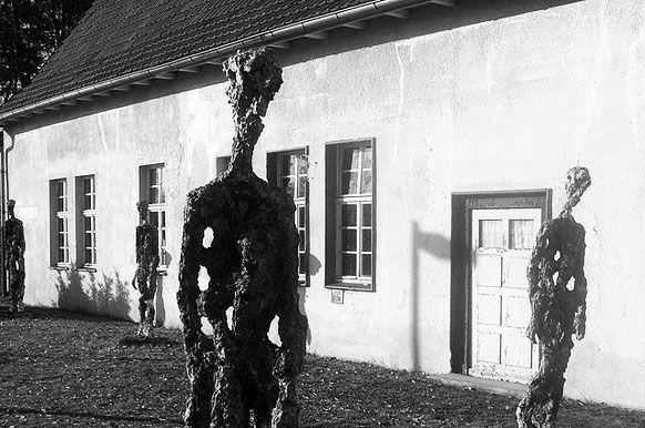 En 1943, l'ethnologue Germaine Tillion est déportée à Ravensbrück pour faits de résistance. Elle s'efforce d'y analyser les rouages du système concentrationnaire, pour aider ses camarades à appréhender le camp.Elle se soustrait au travail obligatoire...