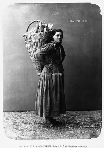 Venditrice di mestoli nel tipico costume del Friuli Venezia Giulia #Alinari 1915