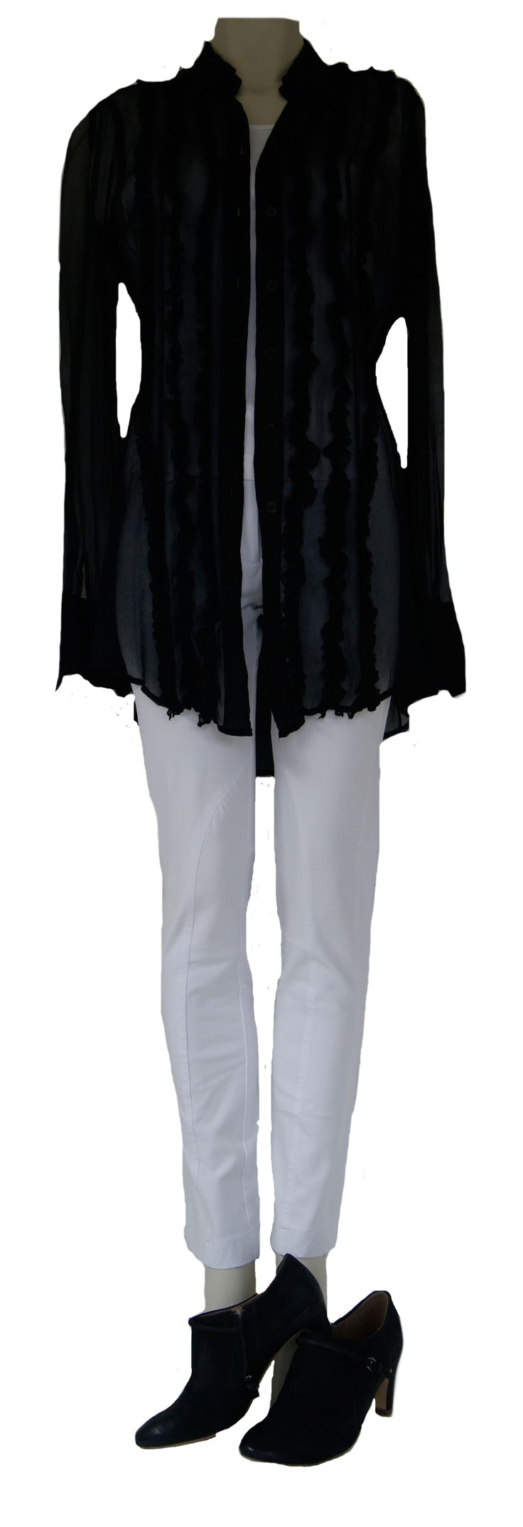 Denk wit, denk zwart met deze blouse van Donna Karan, broek van Pauw en schoenen van Ecco. Tweedehands Klassekleding : kleding waar vrouwen van houden .