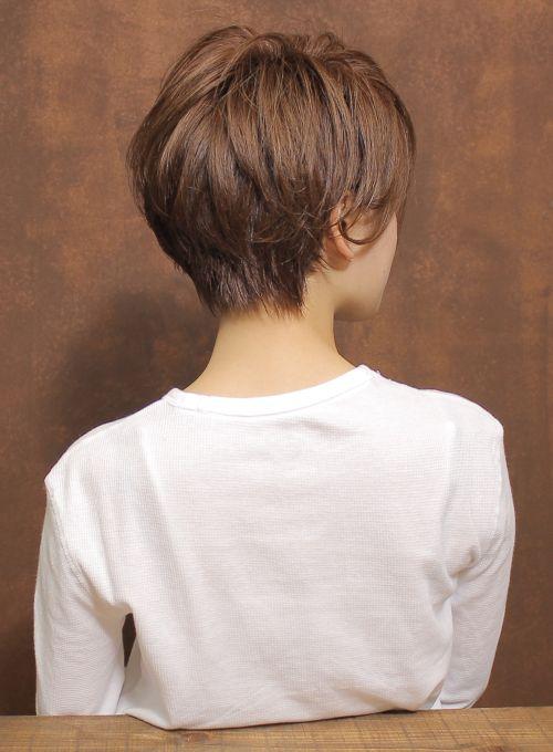 毛先に遊びをつけた今の季節にぴったりのショートボブ。軽やかに動く毛先は柔らかな印象を与えつつ全体のシルエットにメリハリを出します。耳にかけた時にも綺麗なラインが出るようにカットしているのでスタイルアレンジの幅がでます。