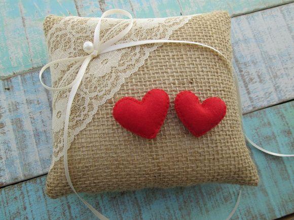 Almofada para alianças confeccionada em juta, decorada com renda, corações vermelhos em feltro e laço de cetim pra prender as alianças.  Tamanho - 15 cm