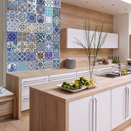Detalle de azulejos con color y muro con acabado de madera cerámica