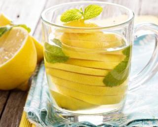 Eau minceur aux citrons jaunes pour détoxifier l'organisme : http://www.fourchette-et-bikini.fr/recettes/recettes-minceur/eau-minceur-aux-citrons-jaunes-pour-detoxifier-lorganisme.html