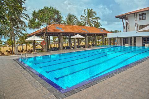 Goldi Sands Hotel  Description: Ligging: Goldi Sands Hotel ligt direct aan het strand en op ongeveer 3 kilometer van het centrum van Negombo. Het Negombo Beach Park ligt op circa 35 kilometer. Het openbaar vervoer (de tuktuk) en een aantal winkeltjes vindt u op loopafstand. Faciliteiten: Goldi Sands telt 70 kamers verdeeld over een hoofdgebouw en een bijgebouw met 2 verdiepingen. In het hoofdgebouw treft u de 24-uurs receptie. Er is 1 lift aanwezig. In het restaurant geniet u niet alleen van…