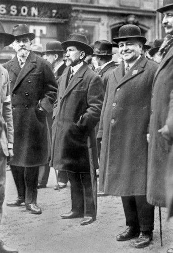 deddale:  Maurice Pujo, Charles Maurras et Léon Daudet lors du défilé pour la fête de Jeanne d'Arc, le deuxième dimanche du mois de mai dans les années 30.