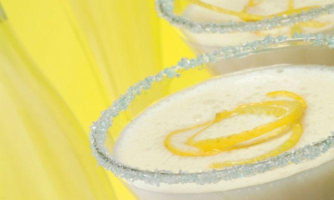 Sorbete limón al Cava. Poner en vaso: Cava, helado de limón, vodka y nata. 30 segundos velocidad progresiva 5-10